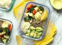 Prânz sănătos și sățios: caserolă cu humus, legume coapte, quinoa, lămâie și avocado
