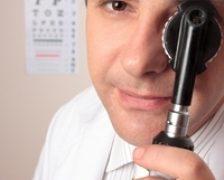 Ce complicatii oculare poate produce poliartrita reumatoida?