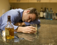 Solutia pentru evitarea bolilor grave – nu bea azi alcool, daca ai baut ieri