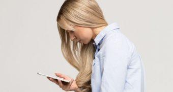 Stati aplecat cand folositi mobilul? Aflati cum afecteaza coloana