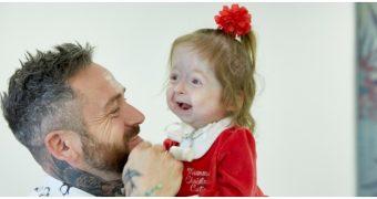 O fetiţă de doi ani suferă de o boală gravă, ce duce la îmbătrânire prematură