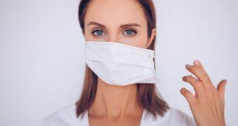 Cum să preveniți acneea cauzată de purtarea măștii de protecție