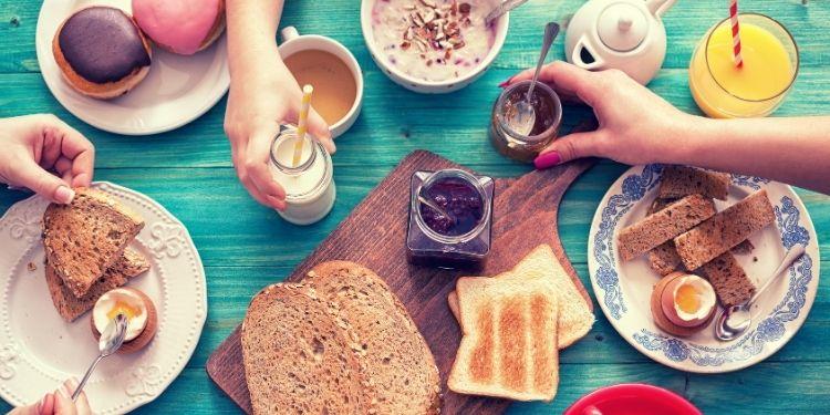 Consumul unui mic dejun consistent poate preveni obezitatea și creșterea glicemiei