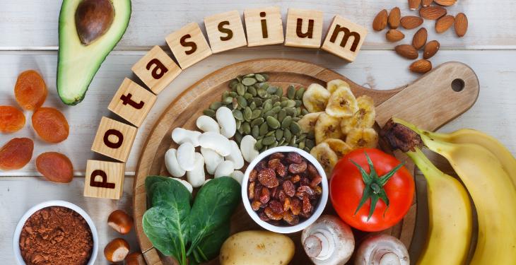 potasiu, surse alimentare potasiu, simptome ale deficitului de potasiu, banane, boli renale, tensiune arterial, reglarea ritmului cardiac, mineral,