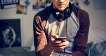 Singurătatea îi poate face pe adolescenţi să devină dependenţi de internet