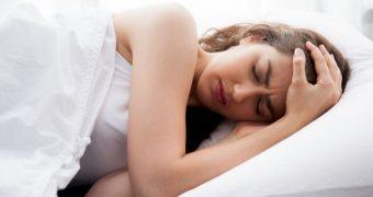Durerea de cap matinală, cauze şi tratament