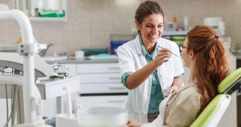 Simptome care ar trebui să ne trimită la stomatolog